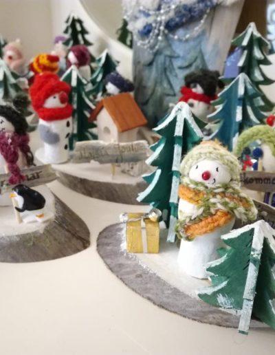 Lumiukot joulukuusenmyyjinä